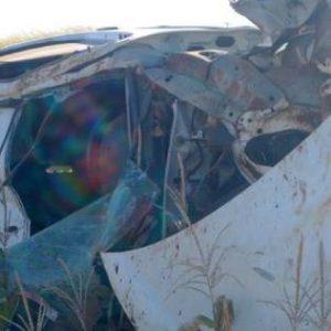 Motorista é arremessado de carro após capotamento na BR-163