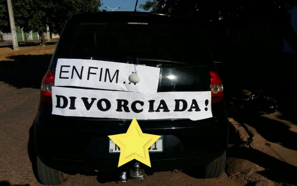Professora coloca faixa 'enfim divorciada' em carro para comemorar separação e viraliza nas redes sociais: 'Me libertei'