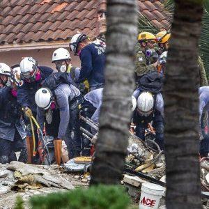Filha de 7 anos de bombeiro é achada morta nos escombros de desabamento na Flórida