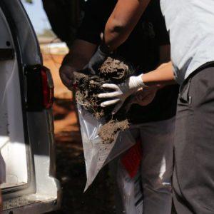 Peças de roupas e calçado são encontrados ao lado de cadáver em cemitério clandestino que seria do PCC