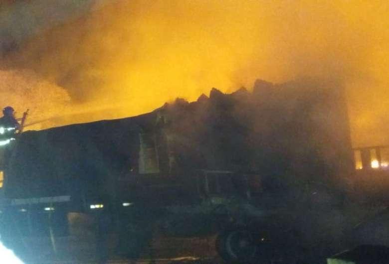Carreta fica destruída após ser atingida por incêndio de vegetação