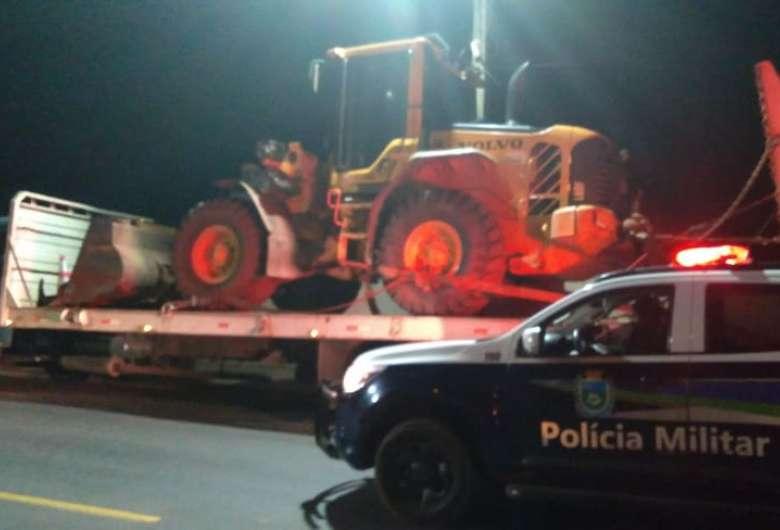 Bandidos amarram funcionários de fazenda e roubam duas máquinas pá carregadeira