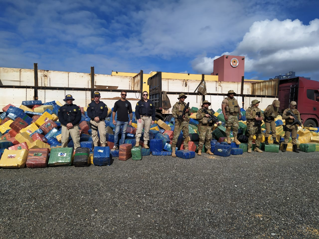 Caminhoneiro que saiu de Ponta Pora.MS é preso em SC com 24 toneladas de maconha.