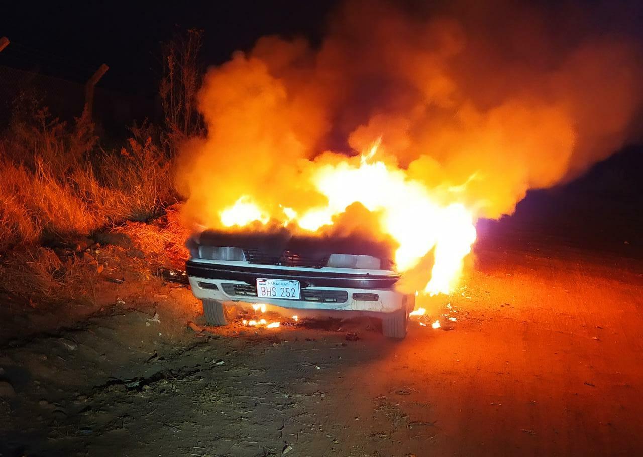 AGORA! Automóvel com placa Paraguaya. Encontrado em chamas