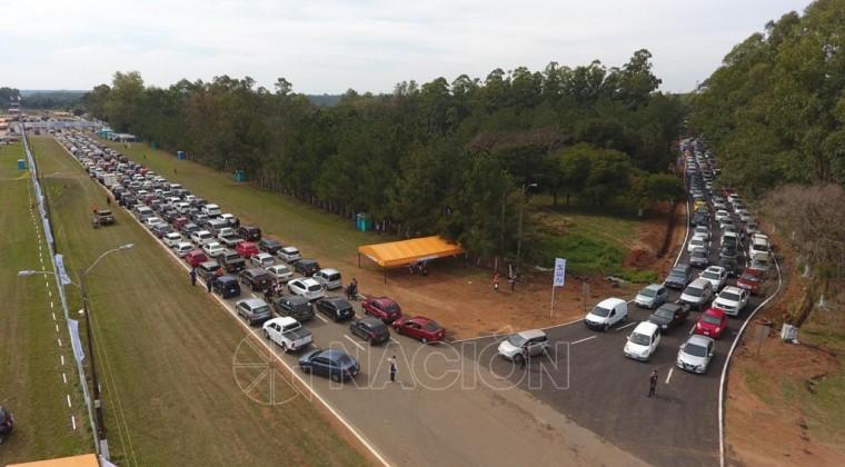 """""""Fiebre"""" por vacunarse en el ex Aratirí: fila de vehículos se extiende por kilómetros"""