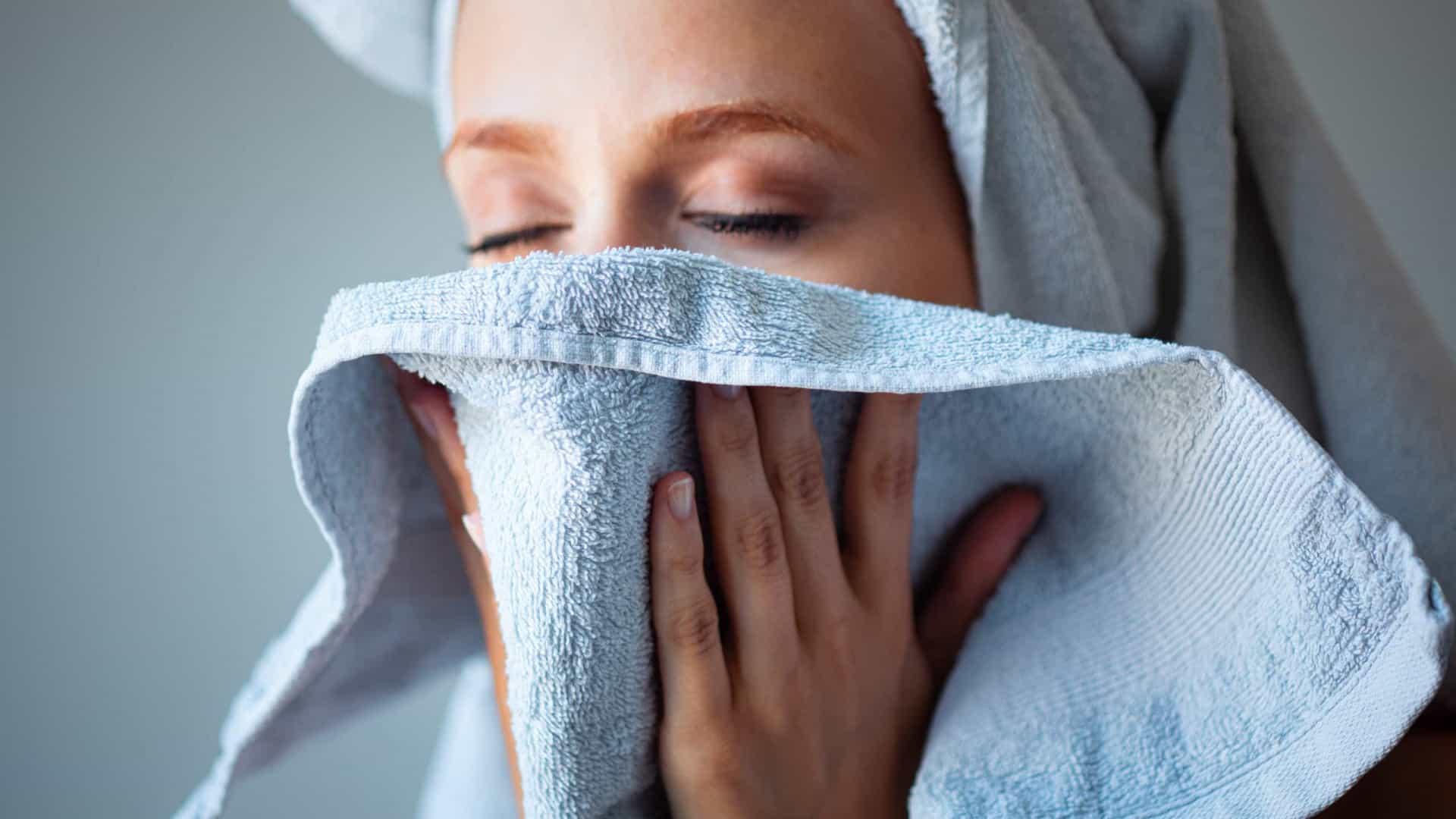 Lave o rosto antes de dormir; entenda a importância!