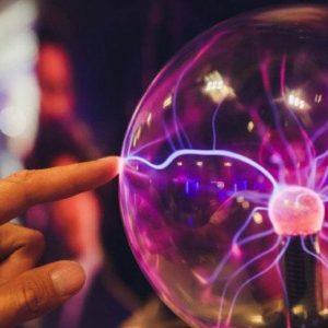 ¿Por qué sentimos descargas de electricidad cuando tocamos algo?