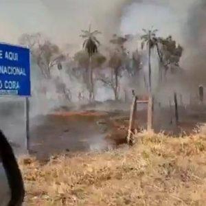Bomberos intentar sofocar incendio en el Parque Cerro Corá