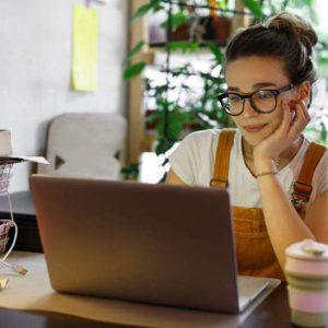Home office a longo prazo gera alerta para a incidência de doenças; entenda