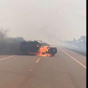 Viatura da PRF é destruída pelo fogo em área de incêndio; veja vídeo