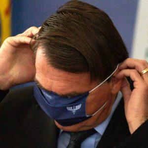 Bolsonaro sugere que vacinados que peguem covid façam 'tratamento complementar'