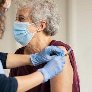 Idade impacta na efetividade da vacina contra covid-19, diz estudo