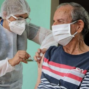Campo Grande aplica 3ª dose em idosos de 75 anos ou mais nesta segunda