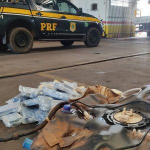 Cocaína avaliada em mais de R$ 700 mil é encontrada em tanque de combustível e 3 são presos