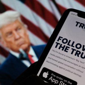 """Expulsado por las redes sociales, Donald Trump lanza su propia empresa de medios: """"Verdad"""""""